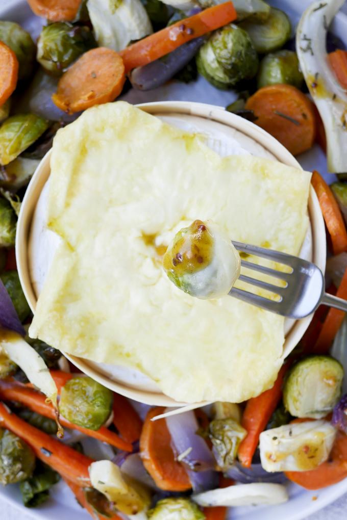 Rosenkohl, Möhren, Fenchel und Süßkartoffeln im Ofen gebacken mit cremigem Ofenkäse