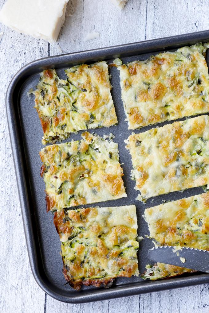 Der gesunde Snack für den Serienabend - Low Carb Zucchinisticks mit Mozzarella