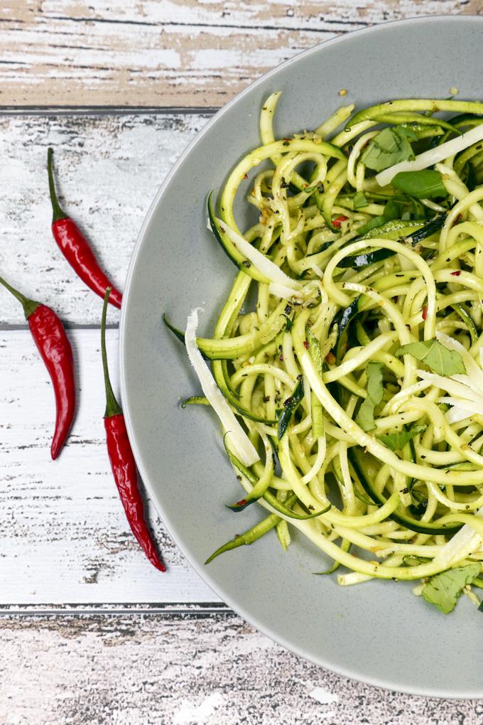 Schnelle Zucchininudeln mit Chili, Knoblauch, Parmesan und Basilikum