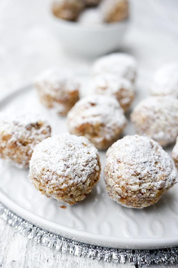 Rezept für weihnachtliche Zimtkugeln mit Datteln und Mandelmus