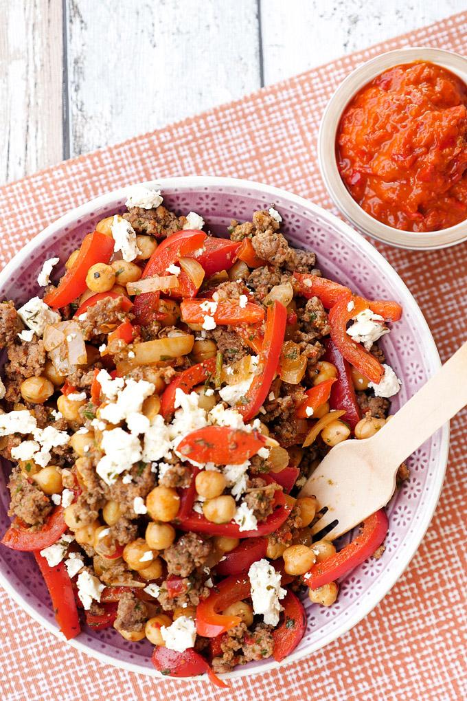 Low Carb Kichererbsen-Hackfleisch-Pfanne mit Paprika, Ajvar und Feta