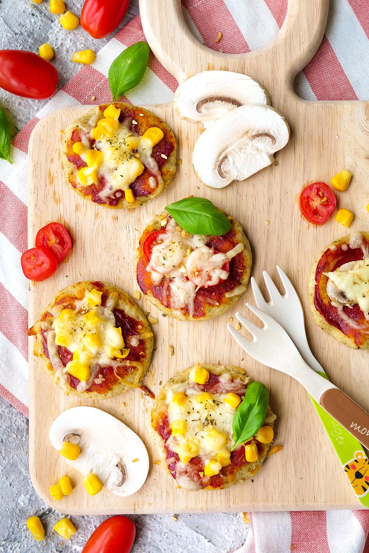 Gesunde Kinderpizza mit einem Teig aus Magerquark, Olivenöl und Dinkelmehl