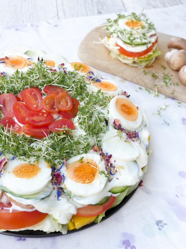 Gesunde Low Carb Salattorte mit Tomaten, Eiern, Gurke, Champignons und Kresse