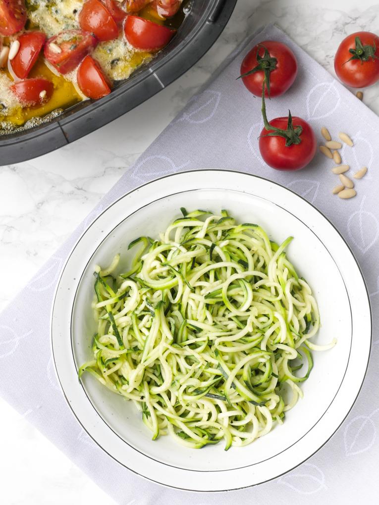 Extrem leckere Zucchininudeln mit Gorgonzola, Tomaten und Pinienkernen