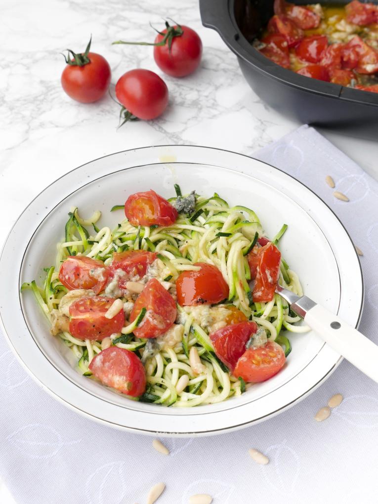 Schnelle Low Carb Zoodles mit Gorgonzola, Tomaten und Pinienkernen