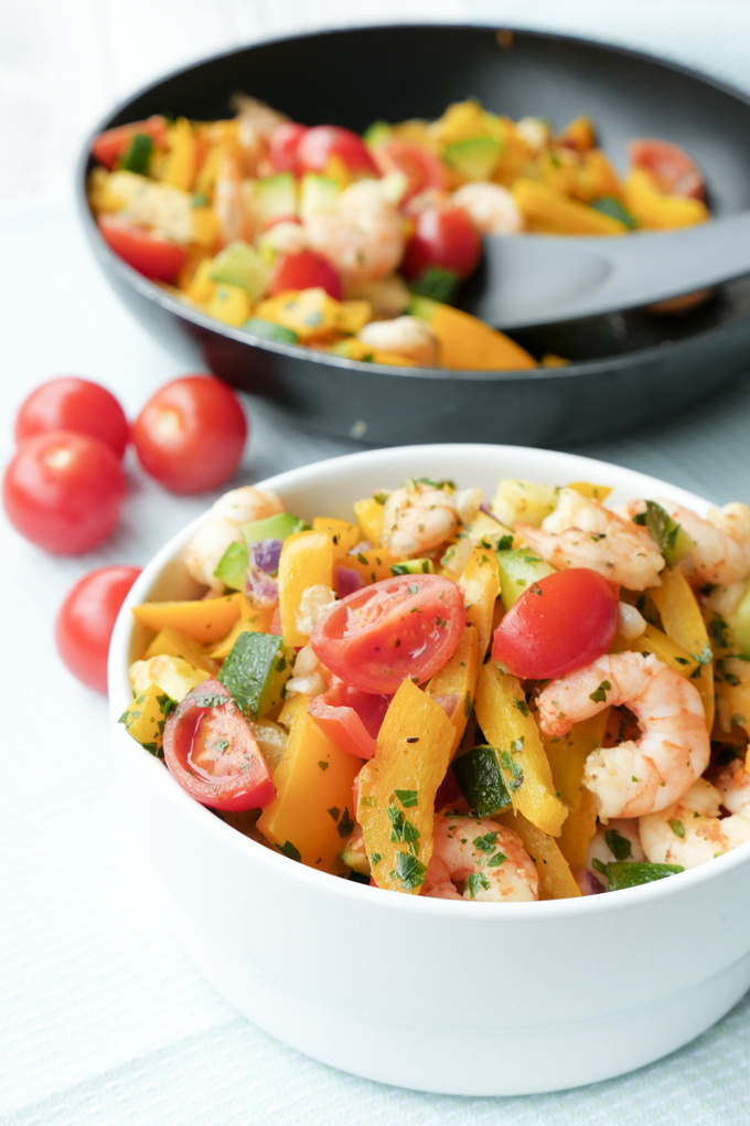 Schnelle Low Carb Gemüsepfanne mit Garnelen, Zucchini, Paprika und Tomaten