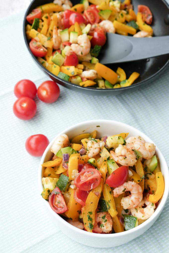 Low Carb Pfanne mit Garnelen, Zucchini, Paprika und Tomaten