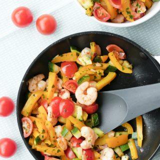 Low Carb Gemüsepfanne mit Garnelen, Paprika und Tomaten