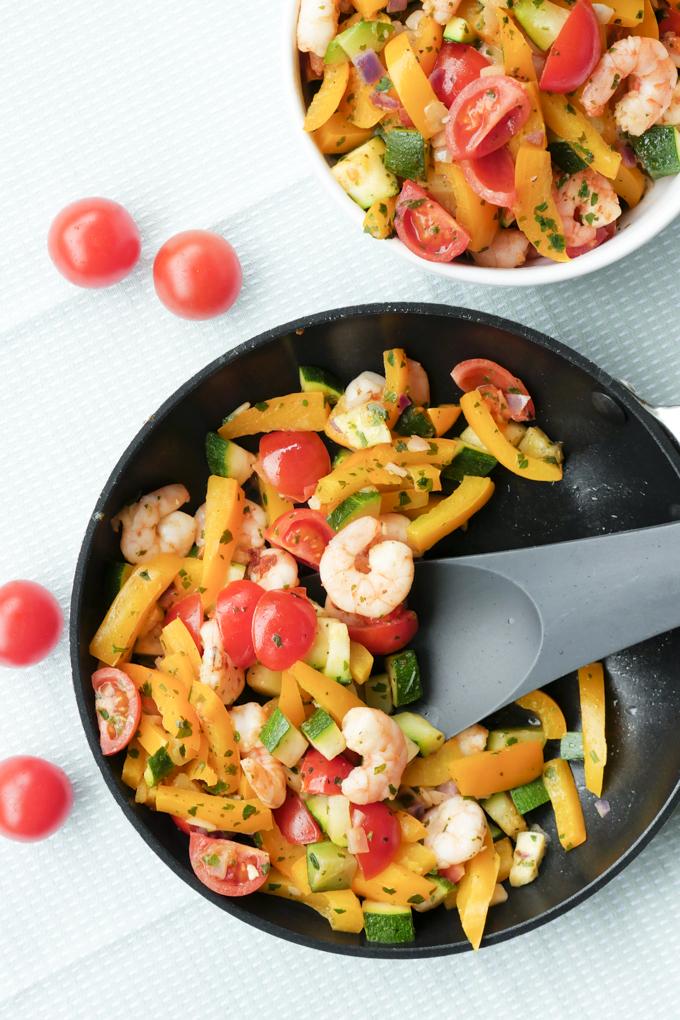 Turboschnelle Garnelenpfanne mit Paprika, Zucchini und Tomaten - Gaumenfreundin Foodblog #gemüsepfanne #garnelenpfanne #zucchini #schnelle #rezepte #abnehmen #gesundkochen #lowcarb