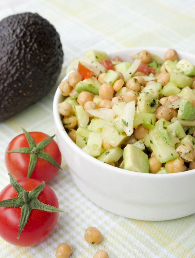 Low Carb Kichererbsensalat mit Avocado & Tomaten