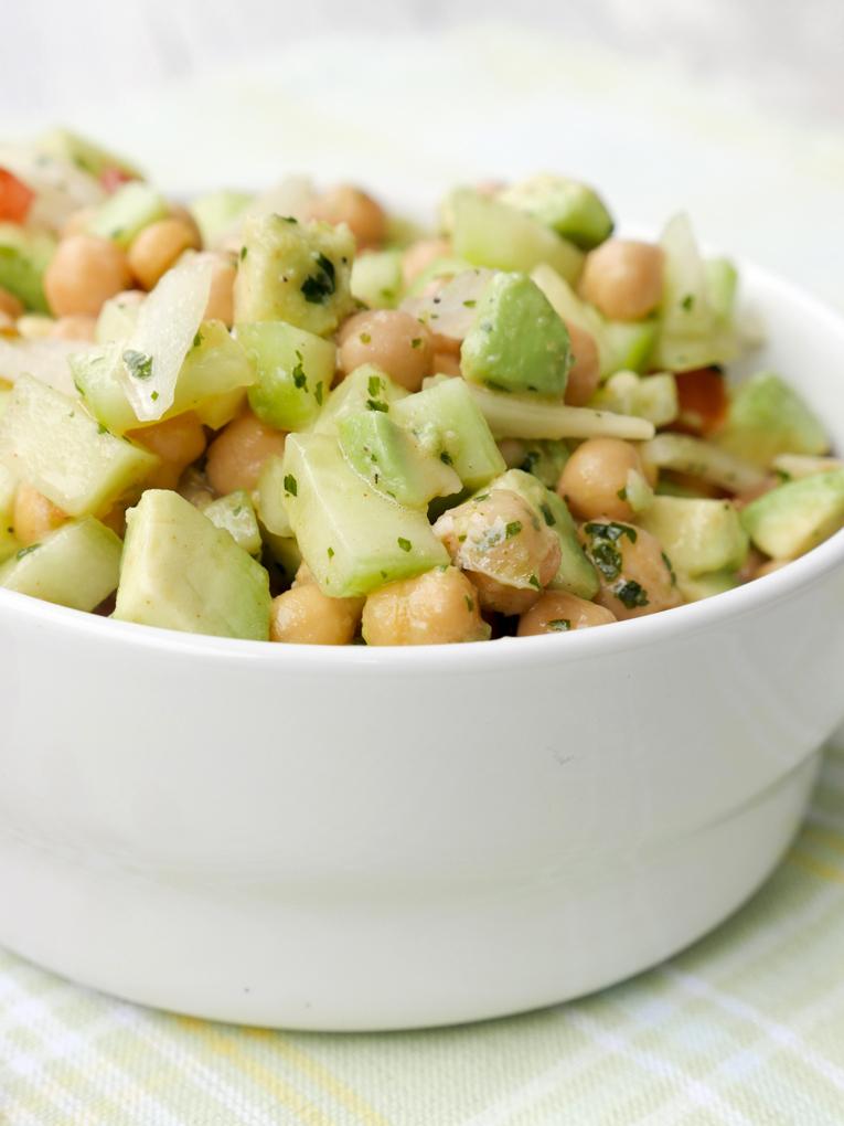 Low Carb Salat mit Kichererbsen, Gurke und Avocado