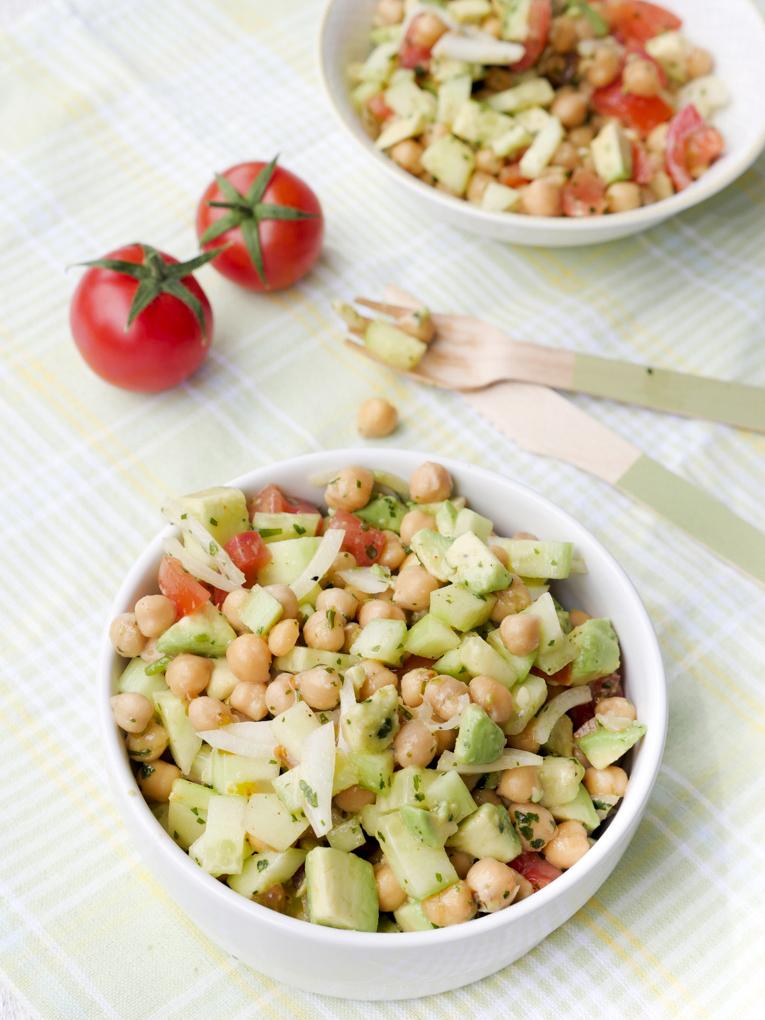 Schneller Kichererbsensalat mit Avocado, Tomaten und Salatgurke