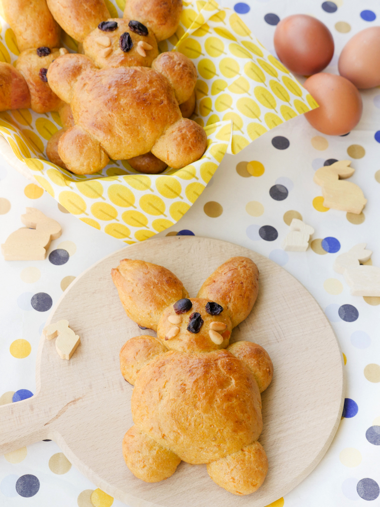 Gesunde Osterhasen für Kinder backen - mit Dinkelmehl, Möhren und Apfelsaft