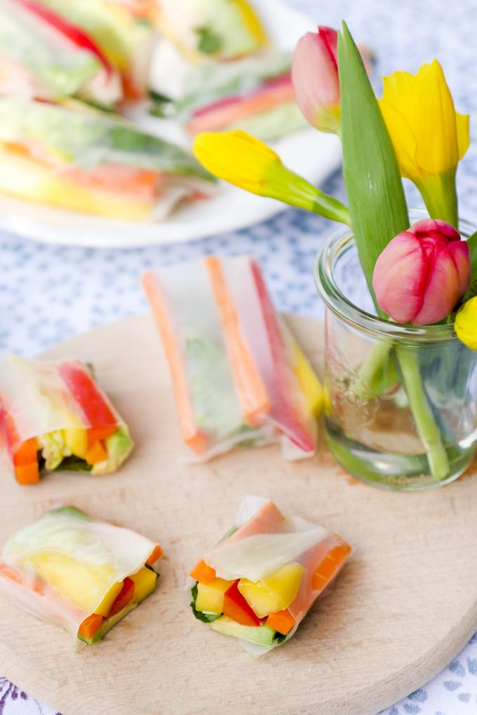 Schnelle vegetarische Sommerrollen mit Mango, Avocado, Paprika und Möhren