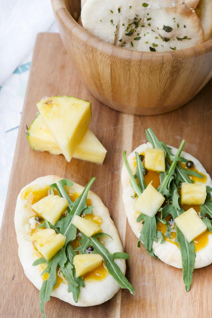 Schnelles Brot mit Chutney, Rucola und Ananas