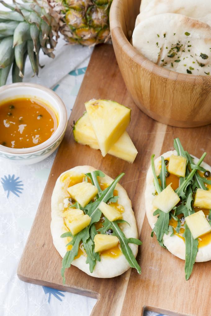 Schnelles Fladenbrot mit Mango-Chutney, Rucola und Ananas zum Grillfest