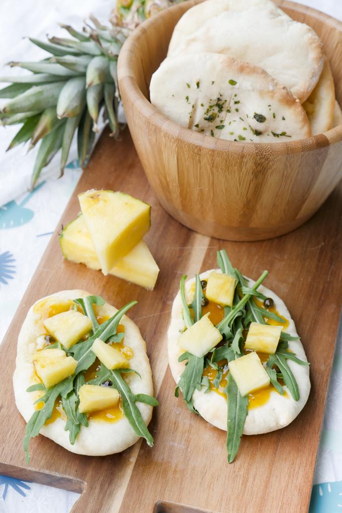 Schnelle Fladenbrote mit Mango-Chutney, Rucola und Ananas