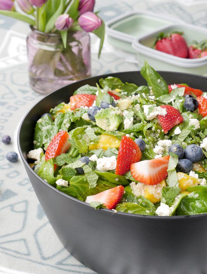 Bunter Salat mit Früchten, Quinoa und Feta