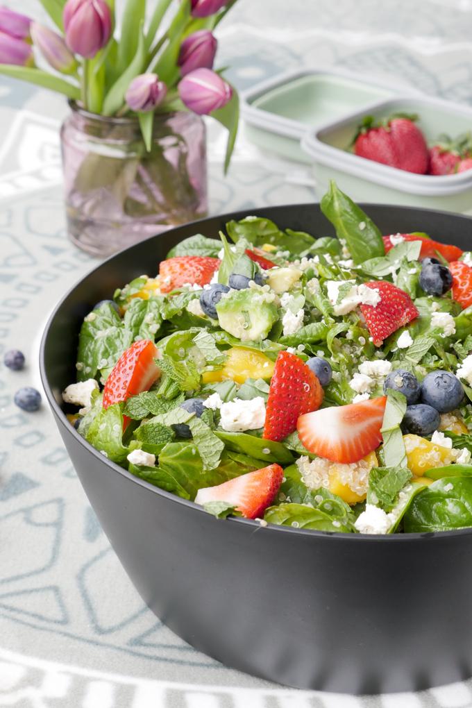 Frühlingsfrischer Salat mit Früchten, Quinoa und Feta