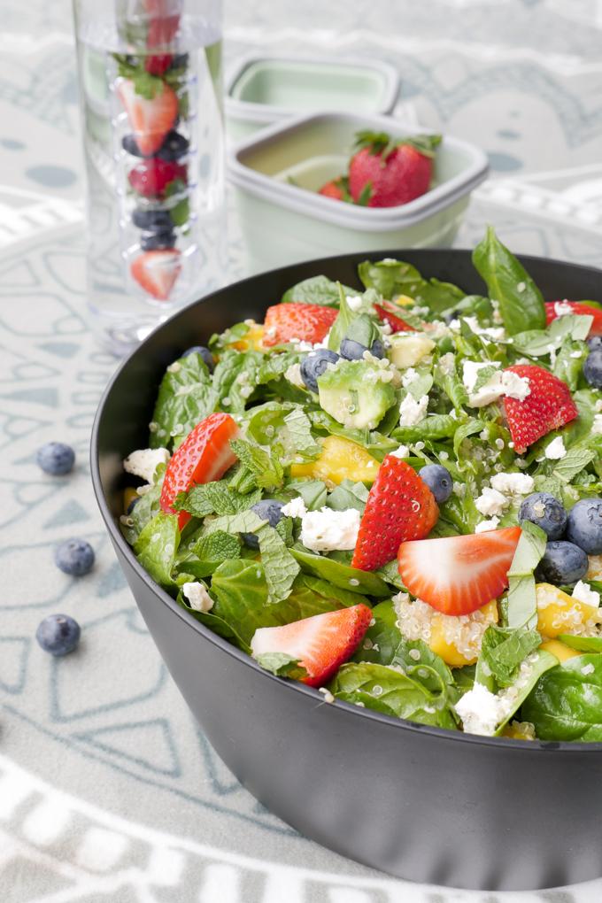Low Carb Salat mit Quinoa, Erdbeeren und Heidelbeeren für das Sommer-Picknick