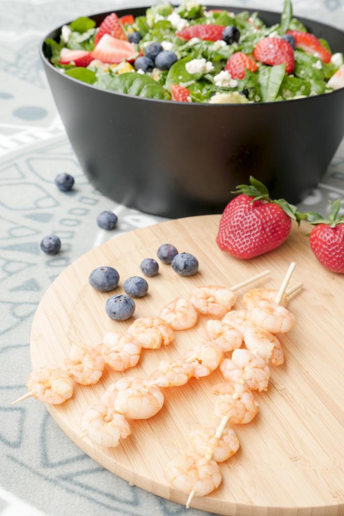 Schnelle Garnelenspieße zu fruchtigem Salat mit Heidelbeeren und Erdbeeren