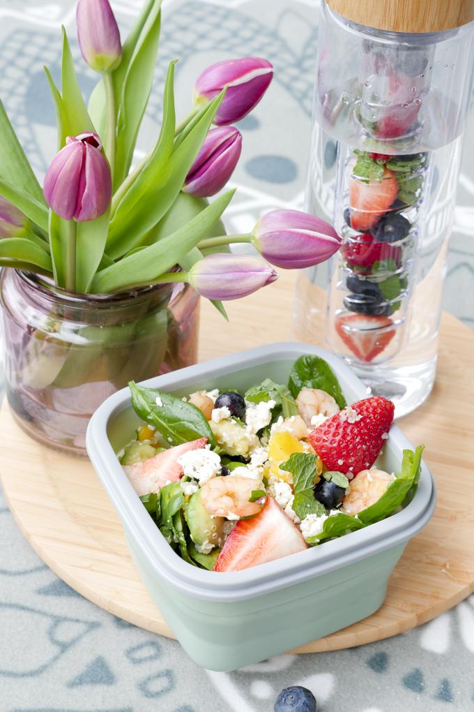 Fruchtiger Salat mit Quinoa, Erdbeeren, Heidelbeeren und Garnelen