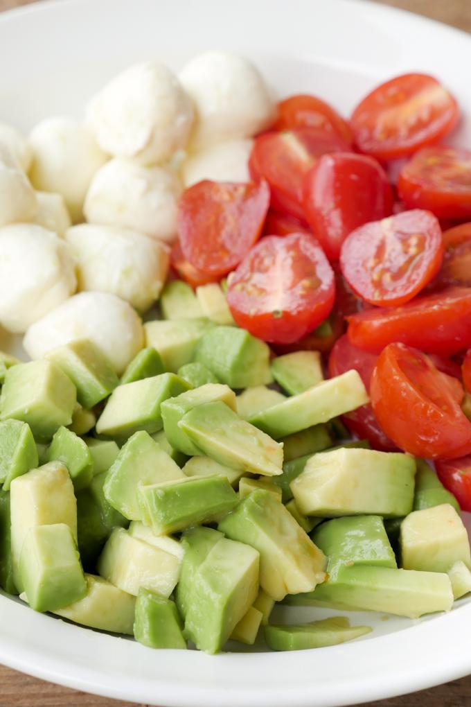 Schneller Capresesalat mit Avocado, Tomaten und Mozzarella