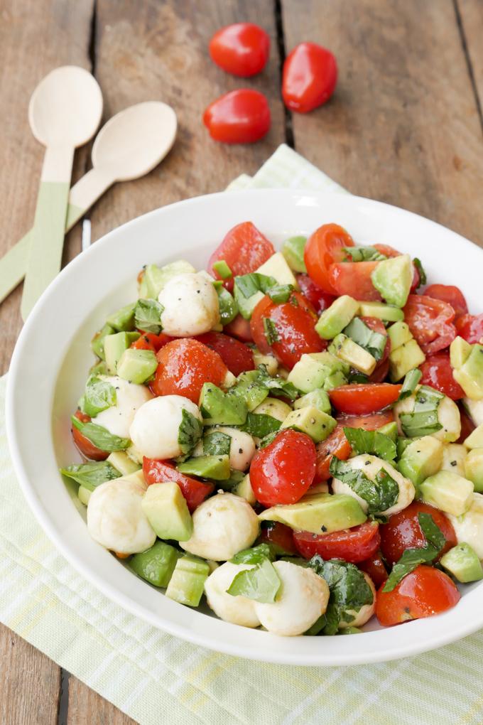 Low Carb Caprese Salat mit Tomaten, Mozzarella und Avocado