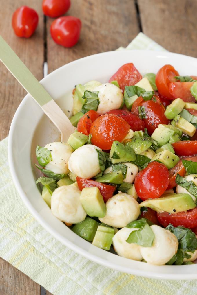 Schneller Caprese-Salat mit Avocado, Tomaten, Mozzarella und Basilikum