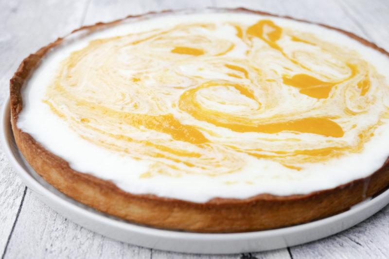 Erfrischende Torte mit einem fruchtigen Mango-Joghurt-Topping