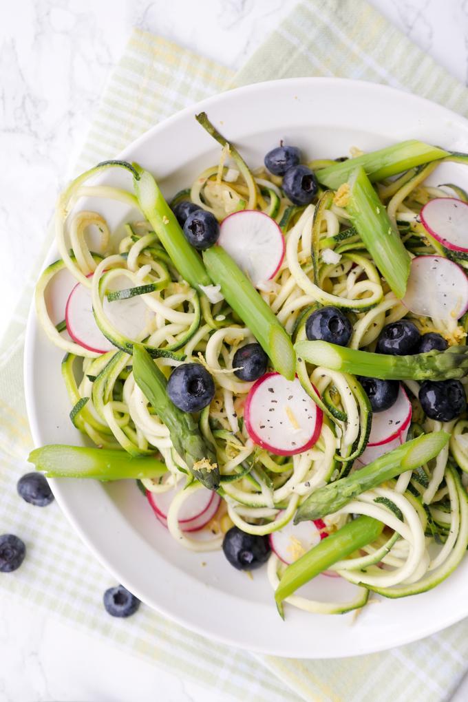 Low Carb Zucchininudeln mit Spargel, Radieschen und Heidelbeeren