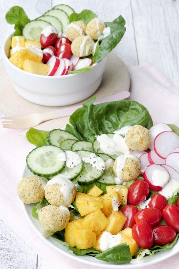 Salat-Bowl mit Low Carb Falafel dun Ananas
