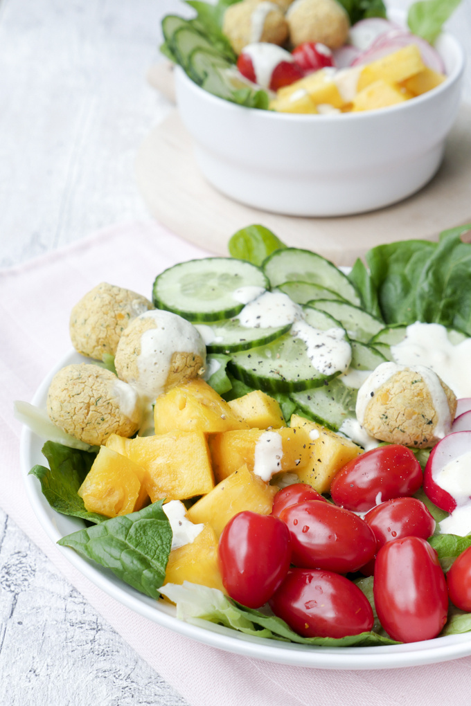 Salat-Bowl mit Ananas, Gurke, Radieschen, Tomaten und Low Carb Falafel aus dem Ofen
