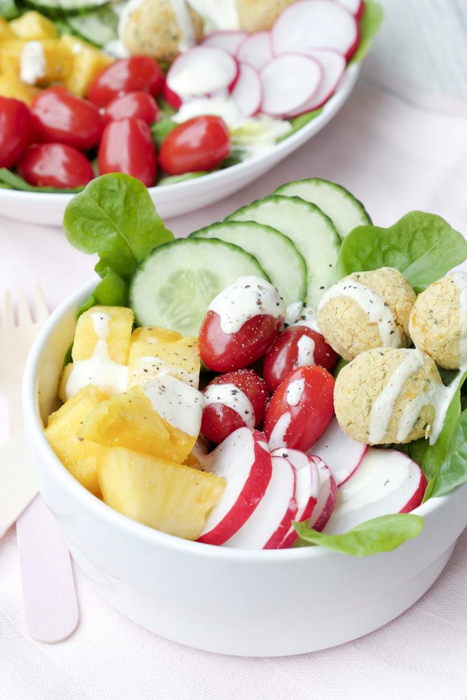 Sommerliche Bowl mit Ananas, Tomaten, Gurken und selbstgemachten Falafel aus dem Backofen - Gaumenfreundin Foodblog #gesund #healthy #rezepte #bowl #buddhabowl