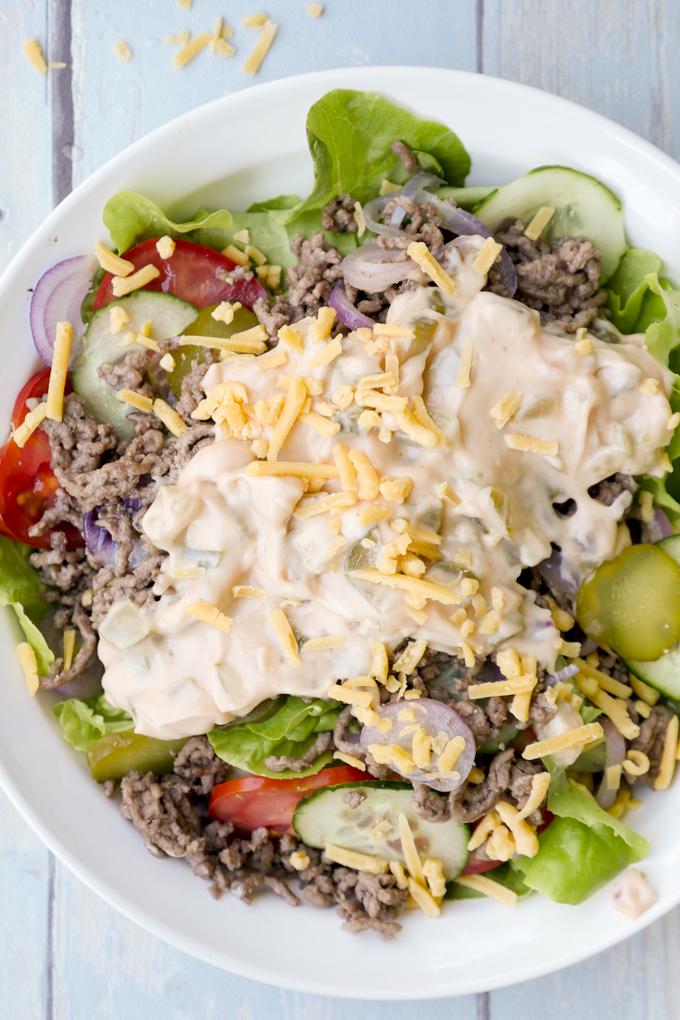 Low Carb Cheeseburger Salat mit täuschend echtem Dressing