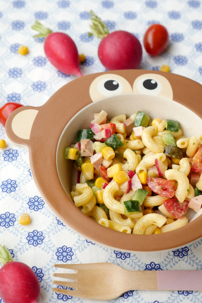 Schneller Kinder-Nudelsalat mit Gurken, Tomaten, Mais, Radieschen und Fleischwurst