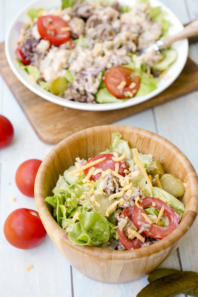 Low Carb Cheeseburger Salat mit Hackfleisch, Gurken, Tomaten und einem Big Mac Dressing
