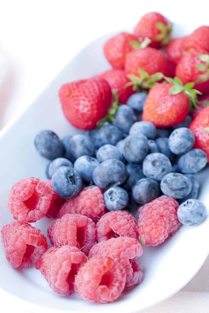 Himbeeren, Heidelbeeren und Erdbeeren für Frozen Yoghurt Bites