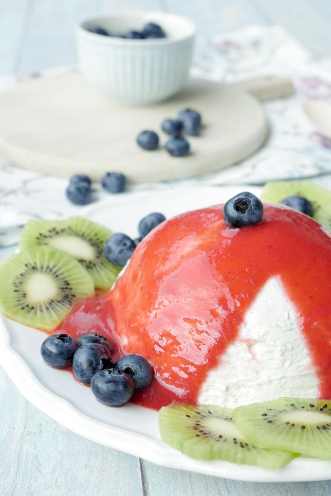 Low Carb Dessert - Joghurtbombe mit Erdbeersoße