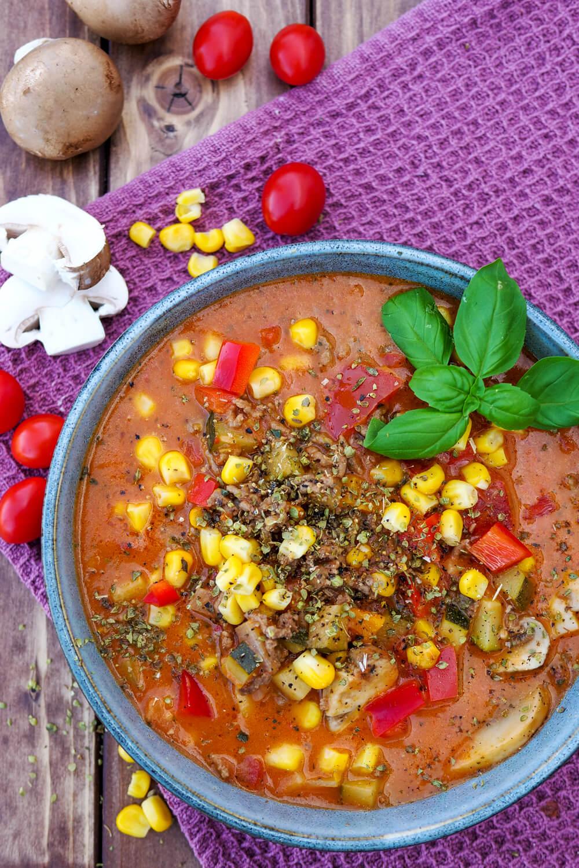 One Pot Pizzasuppe - ein schnelles Familienrezept mit Hackfleisch, Champignons, Zucchini, Paprika, Mais und Tomaten