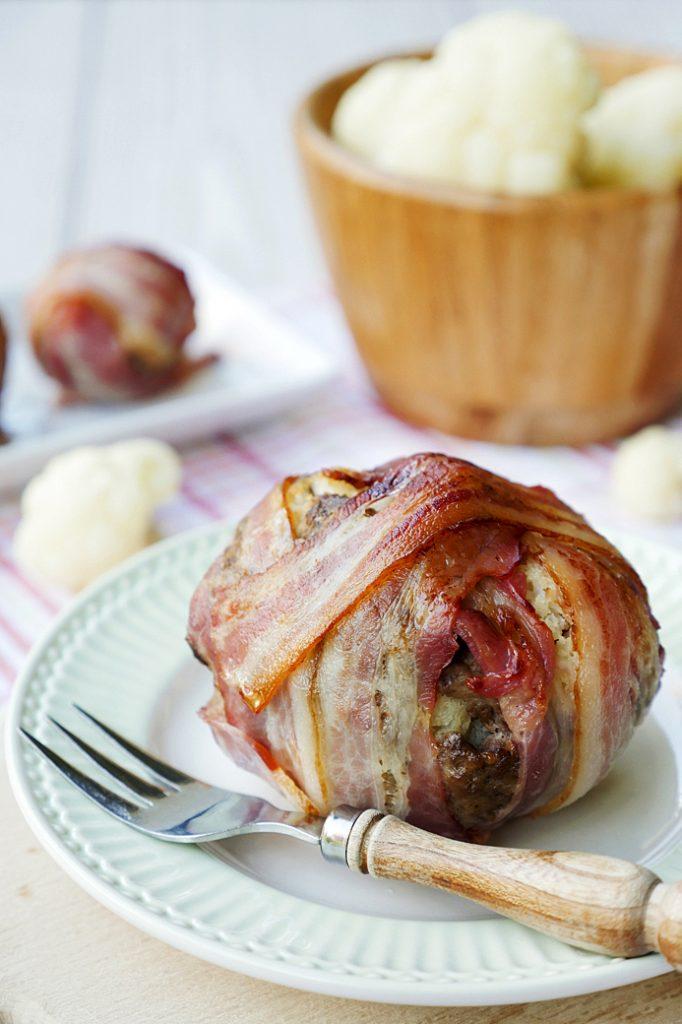 Low Carb Bacon Bomb mit Blumenkohl, Hackfleisch und Bacon - ein schnelles Low Carb Rezept
