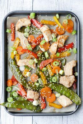 Low Carb Ofenblech mit Paprika, Hähnchen, Zuckerschoten, Sesam und Sojasauce auf dem Backblech