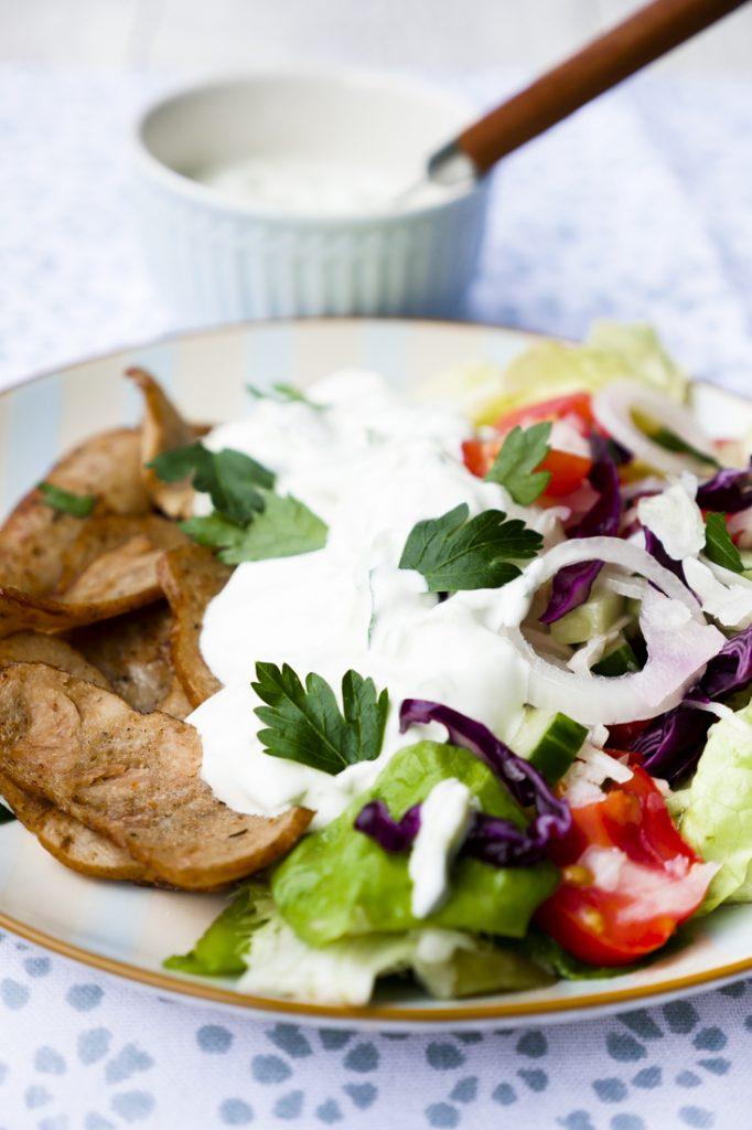 Low Carb Dönersalat mit Kebabfleisch und Tzatziki