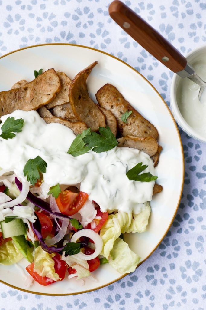 Low Carb Dönerteller mit Salat, Kebab und Tzaziki