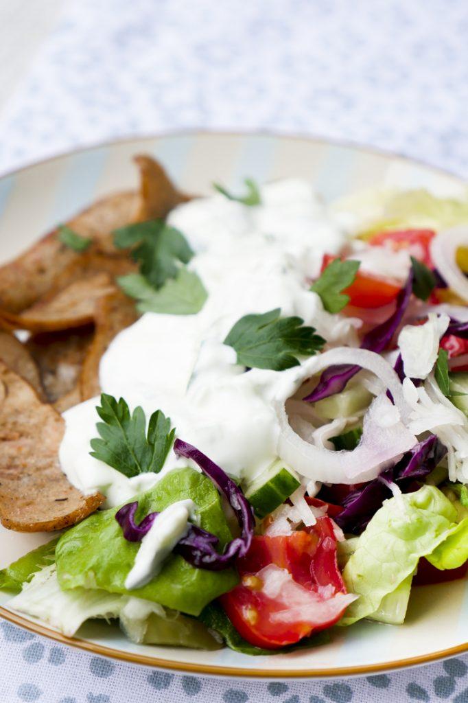 Low Carb Dönersalat mit Hähnchen-Kebab, Salat und Tzatziki