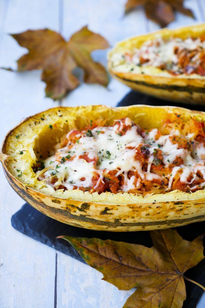 Low Carb Spaghettikürbis mit Tomatensoße und Mozzarella