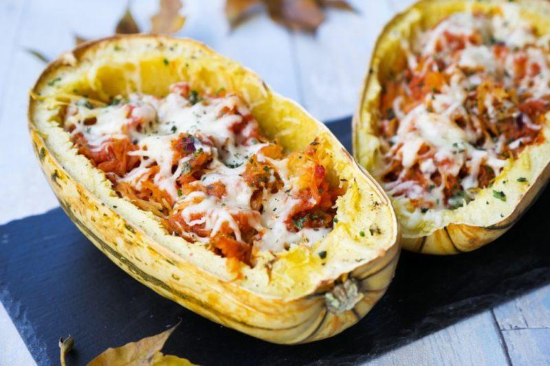 Gebackenen Spaghettikürbis Mit Tomatensoße Und Käse Grundrezept
