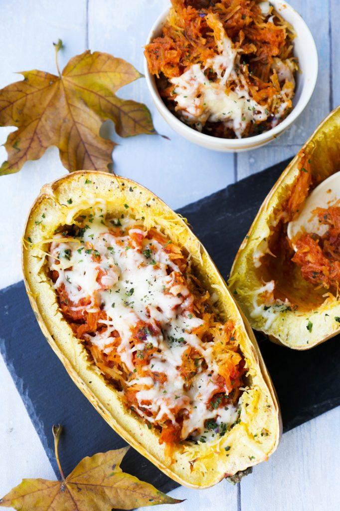 Gebackener Spaghettikürbis mit Tomatensoße und Käse