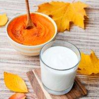 Kürbispüree und Mandelmilch im Glas