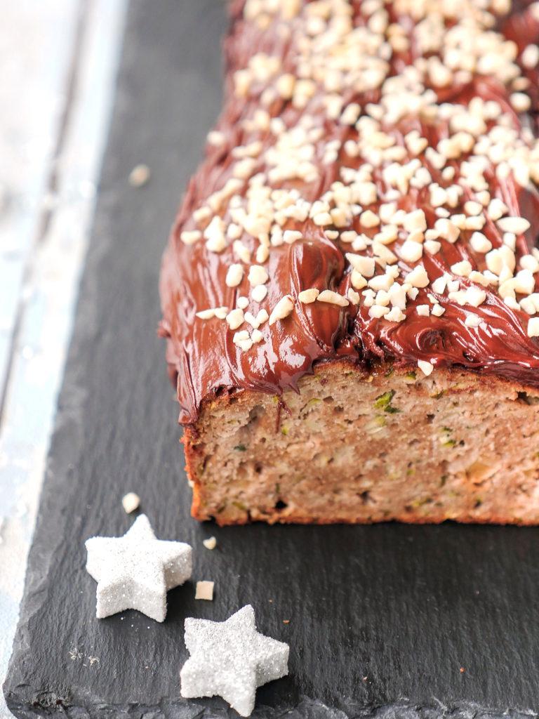 Low Carb Kuchen mit Schokoladen-Kuvertüre und gehackten Mandeln